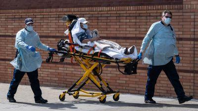 Patient transporteras till en vårdcentral under coronakrisen i New York.
