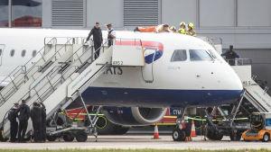 Ilmastolakkoilija kiipesi Lontoossa lentokoneen päälle.