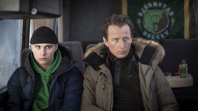 Två män som sitter på en buss.