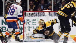 Tuukka Rask räddar ett skott mot Islanders.