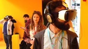Mies katselee huonetta virtuaalilaseille