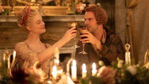 Katarina den stora och Peter den III skålar med vinglas i ett guldbelagt rum med tända ljus.