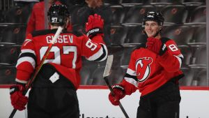 Jack Hughes och Nikta Gusev jublar efter ett mål för New Jersey Devils.