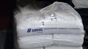 Ett stort paket med inpaketerad saneringsmedel på en träpall.