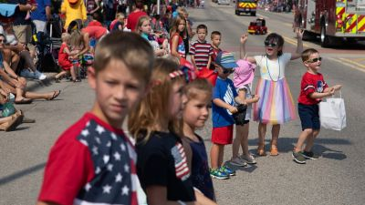 Parad i samband med självständighetsdagen i USA år 2021, barn firar.