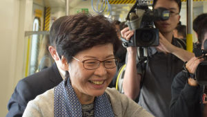 Carrie Lam förmodas vinna valet med Kinas hjälp.
