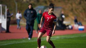Claudia Neto med bollen i en match mot Nya Zeeland.