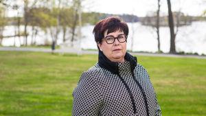 Taysin psykiatrian toimialajohtaja Hanna-Mari Alanen kuvattuna Pitkäniemen sairaalan puistossa Nokialla.