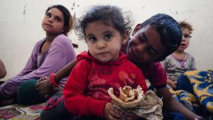 Pakolaisia majoittavissa kouluissa on pula ruoasta. Tämä tyttö söi edellispäivänä saamaansa voileipää Tal Tamrissa Syyriassa.