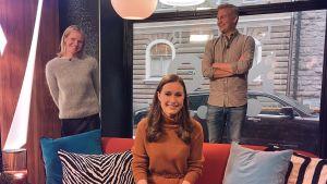 Programledaren Sonja Kailassaari, statsminister Sanna Marin i soffan och programledare Janne Grönroos i Efter Nios studio på behörigt avstånd från varandra.