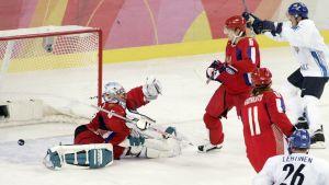Selänne och Lehtinen ser när pucken går in bakom den ryske målvakten Nabokov.