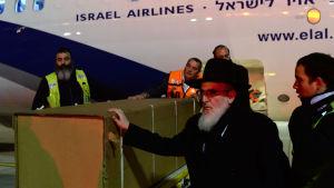Kistorna med de judiska terroroffren anlände från Paris till Tel Aviv på tisdagsmorgonen.