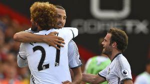 Zlatan gratuleras av lagkamraterna Marouane Fellaini och Juan Mata.