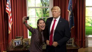 En ung kvinna tar en selfie med Trump-dockan på Madame Tussauds. 18.1.2017