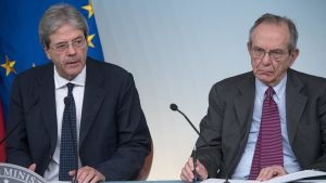 Italiens premiärminister Paolo Gentiloni och finansminister Pier Carlo Padoan håller en presskonferens efter att regeringen godkänt att bankerna Veneto Banca och Popolare Vicenza likvideras.