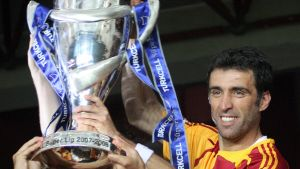 Hakan Sukur håller i turkiska ligapokalen.