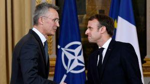Jens Stoltenberg skakar hand med Emmanuel Macron.