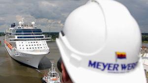 Kryssningsfartyget Celebrity Silhouette lämnar Meyer Werfts varv i Tyskland.