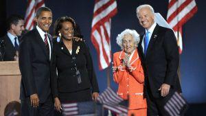 """Barack Obama och hans svärmor Marian Robinson, Joe Bidens mor Eugenia """"Jean"""" Biden och Joe Biden."""