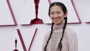 Regissören Chloé Zhao på Oscarsgalan 2021. Zhao regisserade filmen Nomadland.