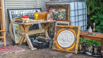 Antika föremål utanför ett garage.