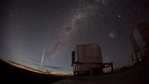 Komeetta Lovejoy kuvattuna Paranalin observatorion taivaalla Chilessä jouluna 2011.