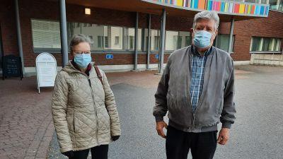 Maj-Britt Skog och Per-Olof Skog utanför Nickby social- och hälsostation.