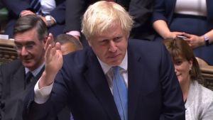 Premiärminister Boris Johnson gestikulerar under natten debatt i det brittiska parlamentet