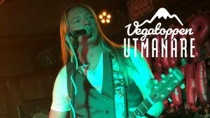 Trubaduren Nicke Sebbas spelar gitarr.