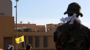 USA har skickat militära förstärkningar till ambassaden som skydda av amerikanska marinsoldater och irakiska regeringssoldater