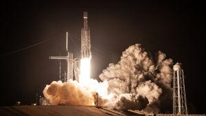 Falcon Heavy nousee lentoon.