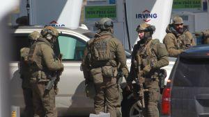 Medlemmar ur den kanadensiska polisens specialstyrka vid en bensinstation norr om Halifax, efter att gärningsmannen dödats där.
