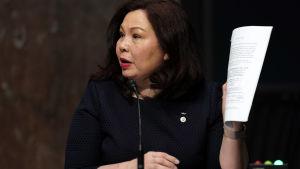 Tammy Duckworth håller i ett dokument.