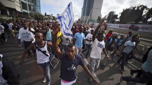 Etiopiska judar demonstrerar mot rasism och polisvåld i Tel Aviv.