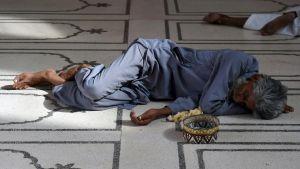 En pakistanier vilar i en moské i Karachi under värmeböljan.