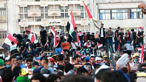 Tusentals människor har slagit läger på Tahrir-torget i centrum av Bagdad
