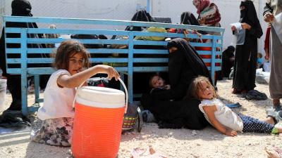 Isis-taistelijan vaimo ja lapset al-Holin leirillä kesäkuussa.