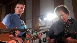 Kaj Korkea-aho och Kjell Westö spelar gitarr i Abbey road studion i London.