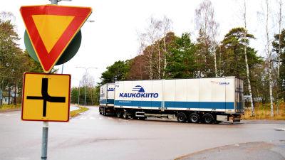 En långtradare med texten Kaukokiito på släpet i en korsning i Hangö.