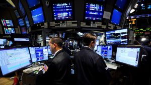 Börsmäklare följer med kursen på flera dataskärmar
