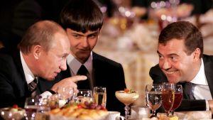 Rysslands premiärminister Vladimir Putin och Rysslans president Dmitrij Medvedev har roligt över en middag