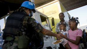 FN-soldat ger vatten och mat