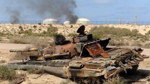 Utbränd tank vid oljeterminalen vid Az Zuwaytina