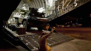Ett franskt pansarfordon anländer till Malis huvudstad Bamako