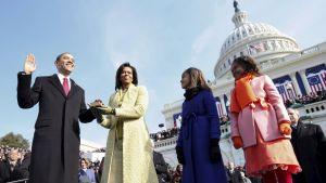 Barack Obama svär tjänsteeden.