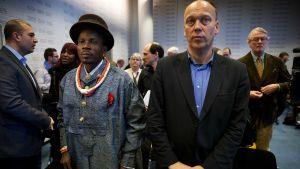 Eric Dooh, tv.v. en av de fiskodlare, som ber om ersättningar i domstolen i Haag.