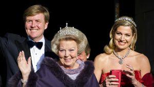 Drottning Beatrix med prins Willem-Alexander och prinsessan Maxima 29.04.2013.