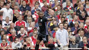 Darren Bent firar ett mål i Aston Villa