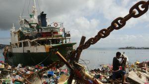 Ett skepp har blåst upp på land i Talcoban