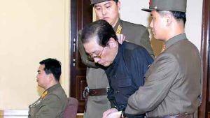 Jang Song-thaek inför militärdomstolen. Han ska ha avrättats genast efter rättegången.